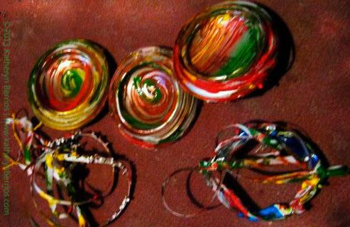 Adornos hecho de fondo de lata pintados , plástico cortado y lazado