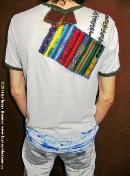 T-shirt Hilandero: Algodón, acriléx en tela, bordes en color, pintado a mano. Reflejo de la creación: Camino desde el urdimbre hasta la creación del manto en parte trasera. Moda de Autor-Atemporal